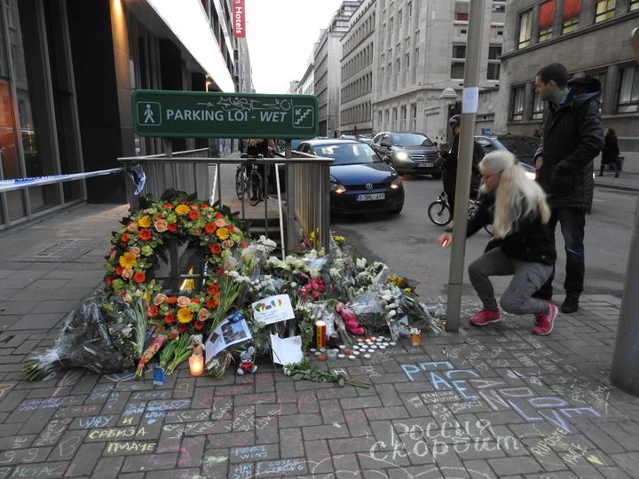 爆炸地鐵站封鎖線外的民眾獻花點燭光致意。布魯塞爾記者蕭白雪/攝影