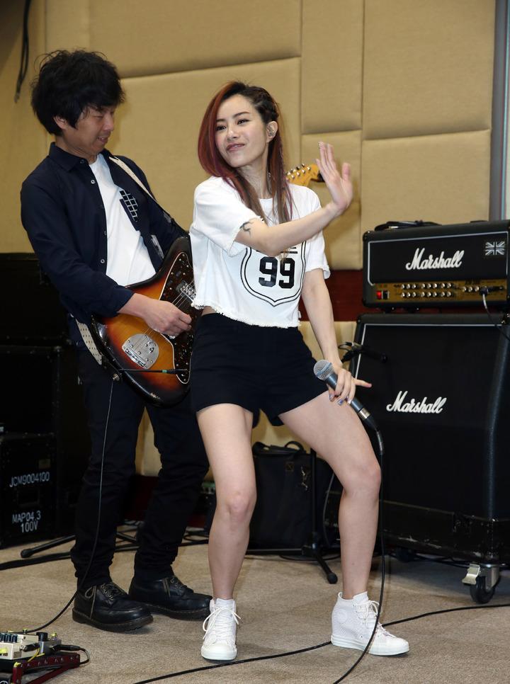 徐懷鈺(右)為演唱會與四分衛練團,活力四射。記者陳瑞源/攝影