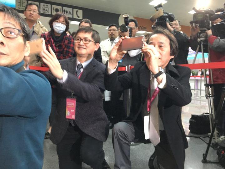 林全受訪時吸引大批媒體,童子賢與林欽榮也拍照。