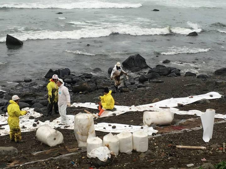 擱淺在東北角近海的德翔台北貨輪,昨日船身裂縫擴大,船艙內油品再度洩漏,新北市環保局動員上百人緊急清除油汙。記者陳珮琦/翻攝