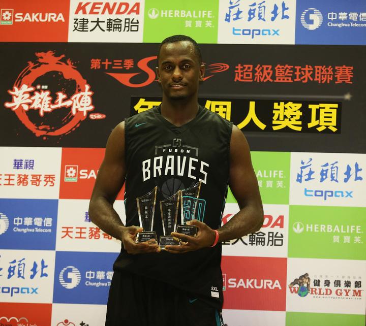 富邦隊洋將貝倫季後賽首戰中場受頒最佳洋將。 圖/中華籃協提供