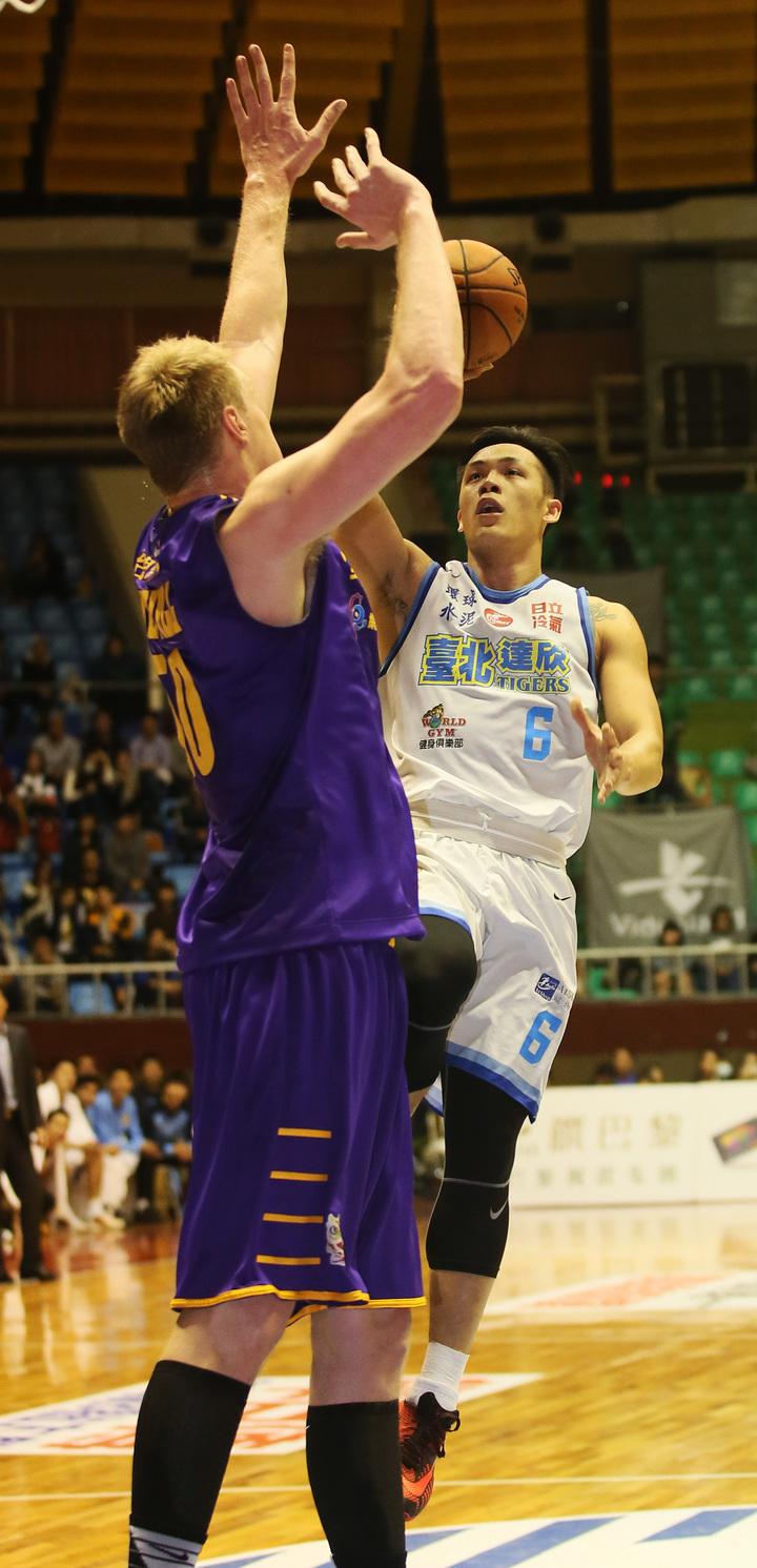 達欣隊周儀翔(右)挑戰台銀隊洋將奈維爾。 圖/中華籃球協會提供