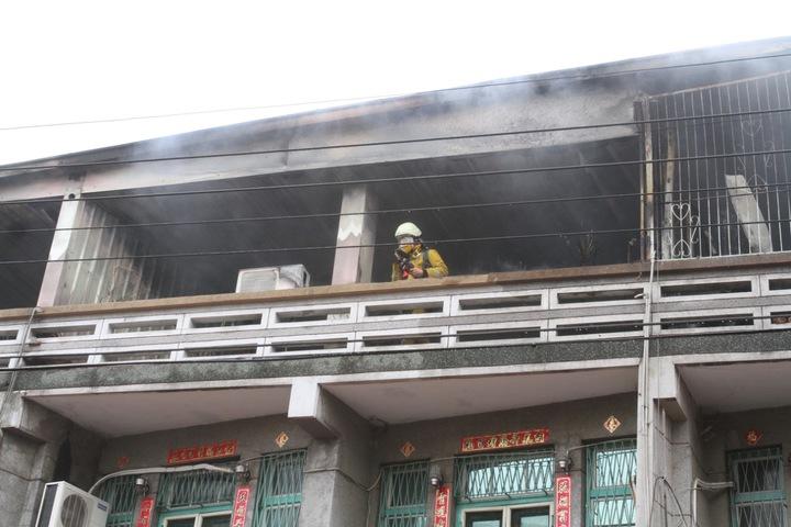 起火集中在頂樓加蓋處,所幸未有人員受困。記者謝進盛/攝影