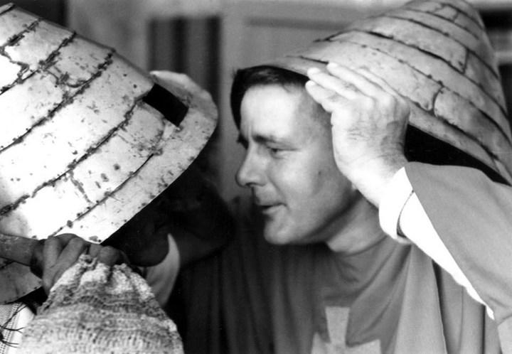 紀神父當年融入蘭嶼文化,頭戴銀帽以達悟傳統接鼻禮迎接賓客。照片/紀守常紀念文教基金會提供