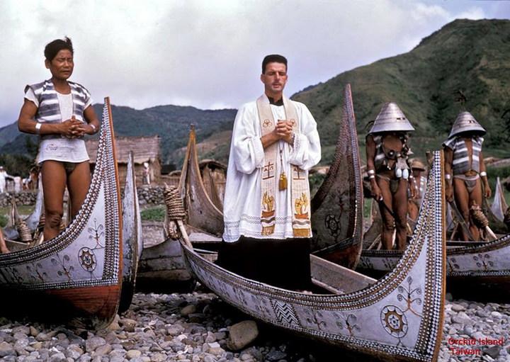 紀神父當年融入蘭嶼文化,主動參與東清部落祝福節。照片/紀守常紀念文教基金會提供