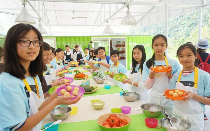 北成國小學生體驗手做食物,將金柑融入麵團後充分揉勻,烤過後變成美味的金柑司康。記者吳佩旻/攝影