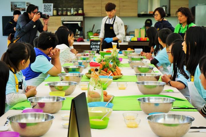 北成國小六年級學生運用在地金柑,體驗製作司康麵包,體驗最道地的食農教育課。記者吳佩旻/攝影