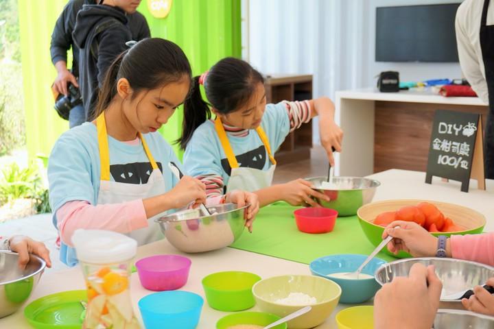 學生們細心地揉著麵團,期待完成的作品。記者吳佩旻/攝影