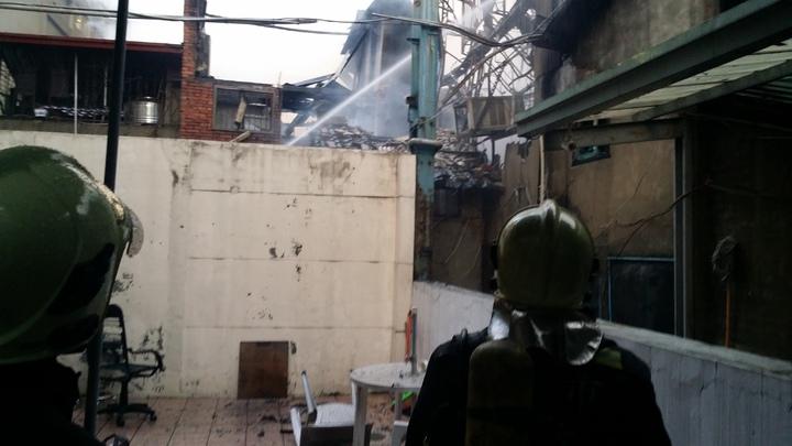 台中市新時代購物中心旁發生民宅大火
