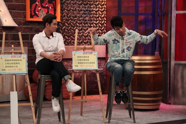 郭彥均(右)主持外景曾喝過蝙蝠湯,模仿蝙蝠在湯裡的樣子。圖/中天提供