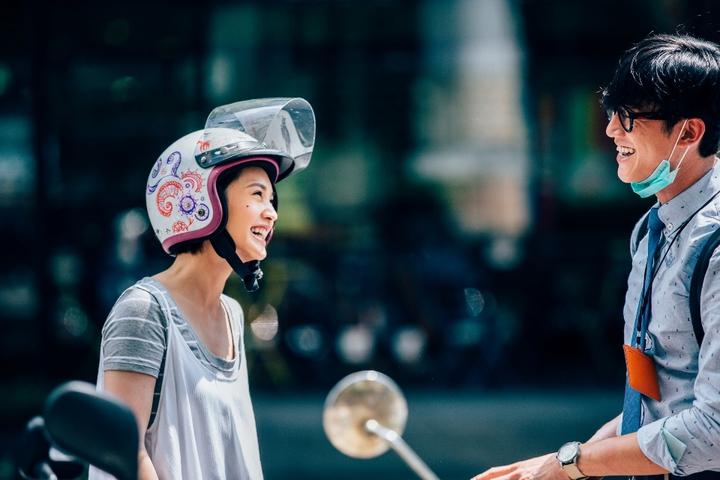 吳慷仁(右)劇中因喬車位和楊丞琳相遇。圖/公視提供