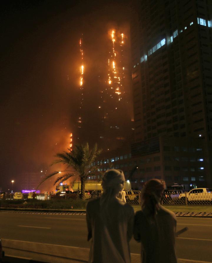 阿拉伯聯合大公國西北部的成員邦——阿吉曼一棟30層樓的摩天大樓「阿吉曼一號」28日晚間發生大樓火警,吞噬了整棟大樓,所幸,所有居民都順利撤離。(美聯社)