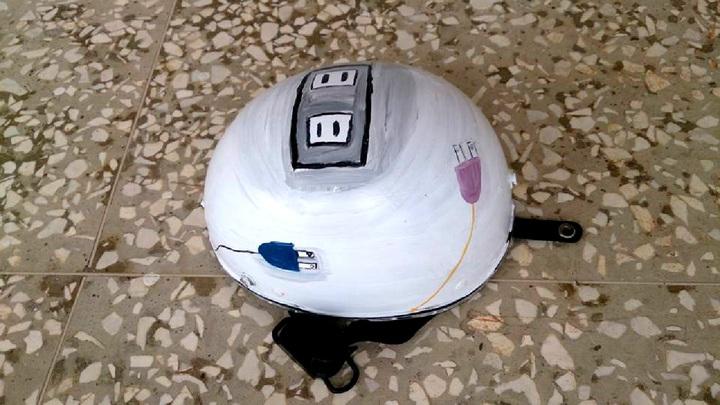 七美國中學生幫機車出租業者免費彩繪安全帽,有學生畫上插座及電線,彷彿提醒遊客充電了再上路。圖/七美國中提供