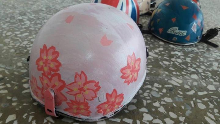 有七美國中學生在安全帽畫上繽紛的櫻花,連老師都自嘆弗如。圖/七美國中提供