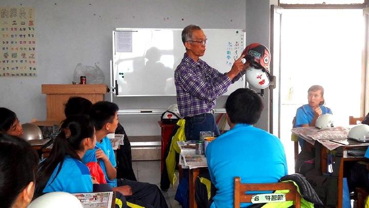 七美國中請一名退休返鄉的老畫家,教導學生如何彩繪安全帽,學生創意超乎想像。圖/七美國中提供