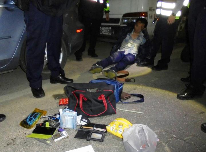桃園市許姓男子涉嫌偷車後,又持槍搶車打傷車主,警方制伏查獲車內槍械及毒品、針頭偵辦。圖/警方提供