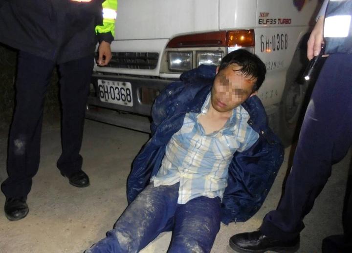 桃園市許姓男子(圖中)涉嫌偷車後,又持槍搶車打傷車主,遭警方制伏逮捕偵辦。圖/警方提供