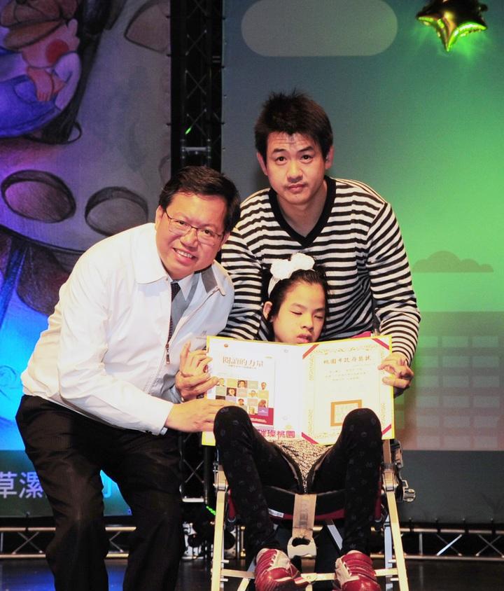 育仁國小模範兒童許芷芳是生命小鬥士,父親和她一起接受市長鄭文燦(左)頒獎表揚。記者鄭國樑/攝影