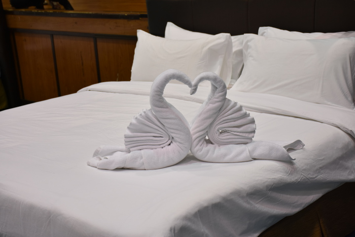 參賽學生發揮巧手將浴巾摺成可愛天鵝圖案。記者謝進盛/攝影