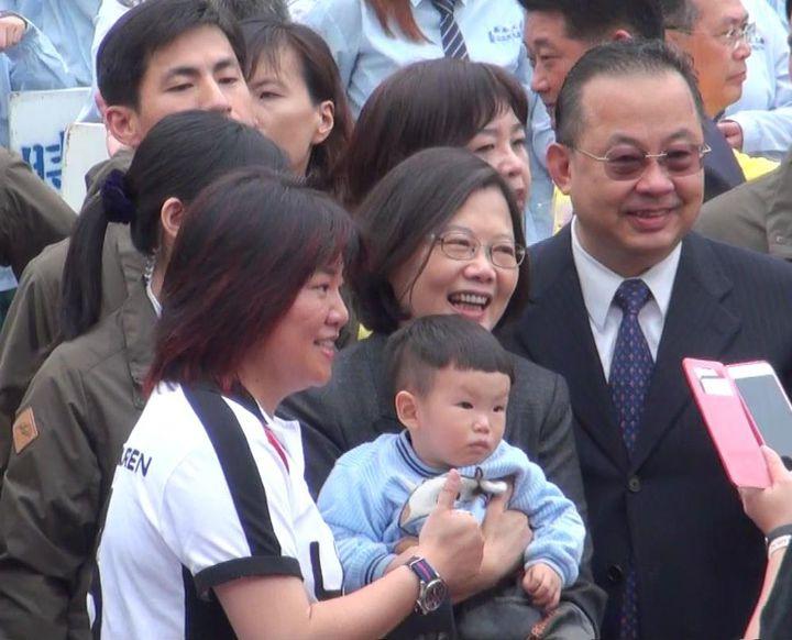 總統當選人蔡英文(左二)參加私立高苑工商創校45周年校慶活動,與大小賓客合影。記者楊濡嘉/攝影