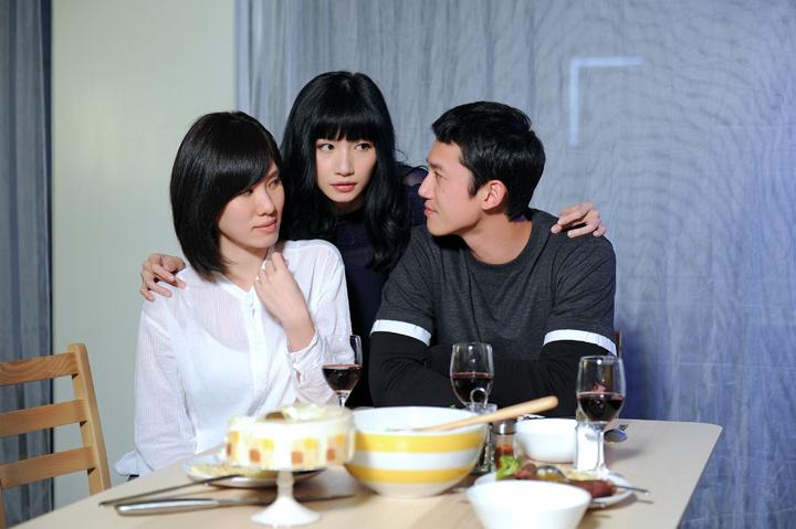 李千娜「說實話」MV,演出閨蜜小三直搗男友與正宮愛巢的故事。圖/環球提供