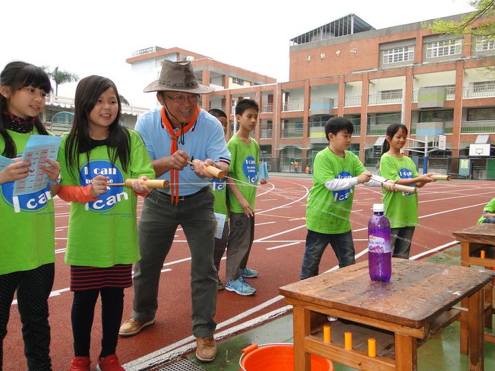 花蓮市中正國小校長楊陳榮(左三)拿竹水槍與小朋友同樂。記者范振和/攝影