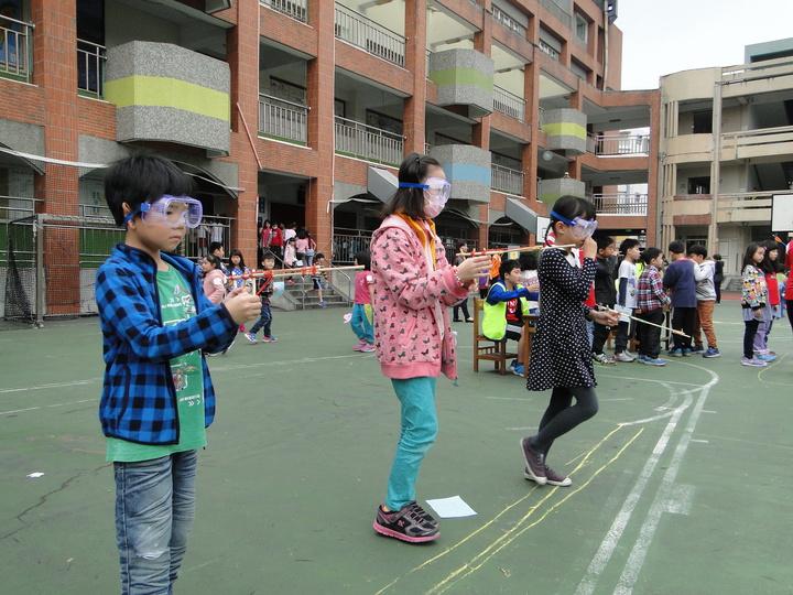花蓮市中正國小小朋友玩竹槍射準遊戲,校方提供護目鏡,以維安全。記者范振和/攝影