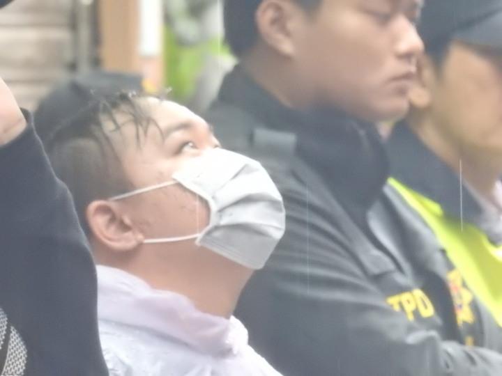 住在二樓的外甥林文祥在鄰居的協助下逃出火場,當天跟著警方回到事發現場。記者王宣晴/攝影