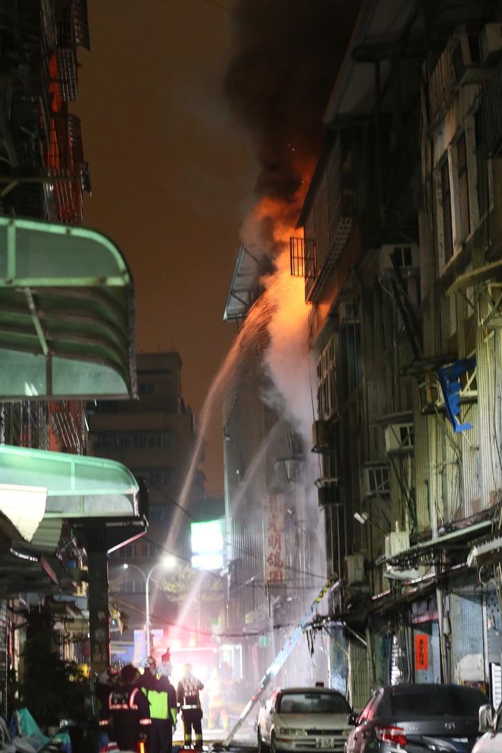 本月23日凌晨,三重六張街發生六死火警,僅住二樓的外甥林文祥及在台中當兵的翁祥智倖存,昨確認為人為縱火。記者許正宏/攝影