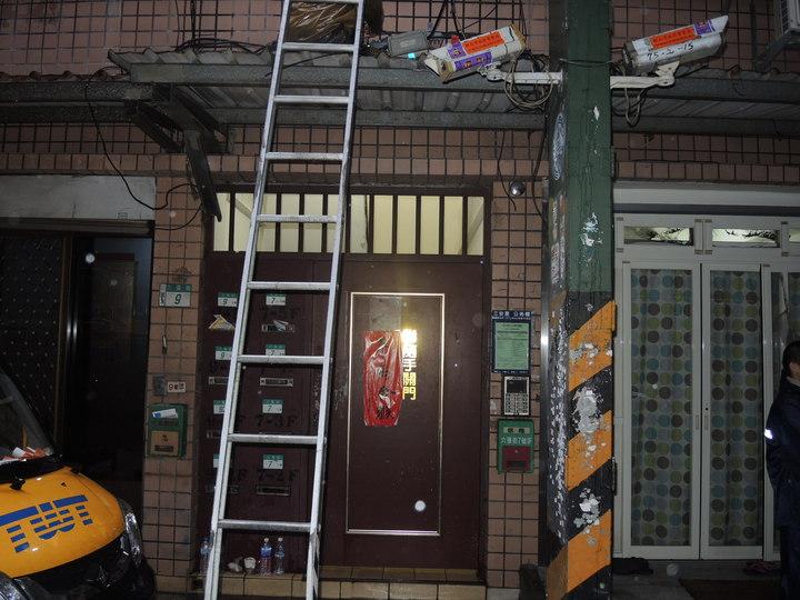 火警現場發現遭往上移的監視器,但湯嫌只承認縱火,否認移動監視器。記者王宣晴/翻攝