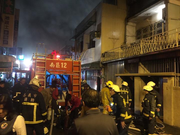 嘉義巿永安街火警大批消防車及隊員灌救。記者魯永明/攝影