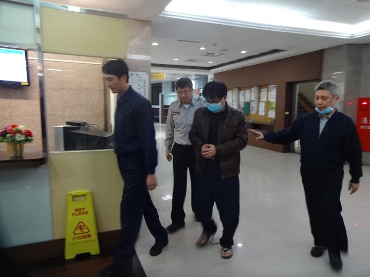 50歲的湯景華到翁家樓下縱火燒機車,造成翁家6死慘劇,法院裁定收押禁見。記者袁志豪/攝影