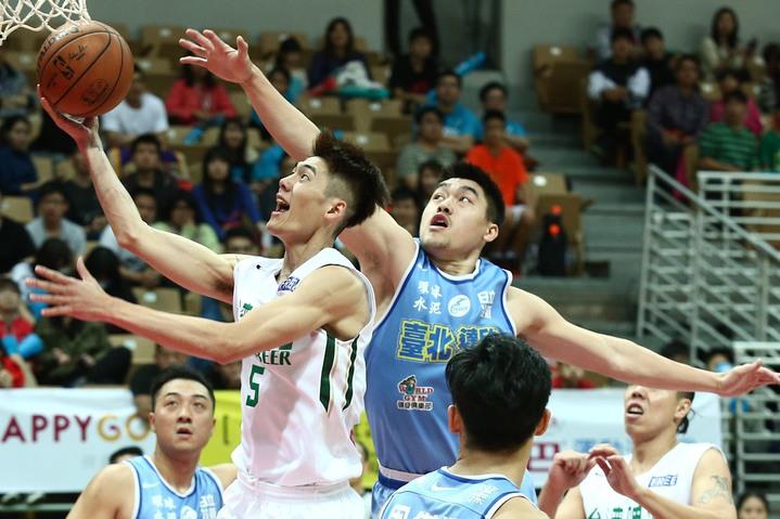 台啤隊前鋒劉錚(左)在達欣隊黃鎮防守下挑戰籃框。 記者王騰毅/攝影