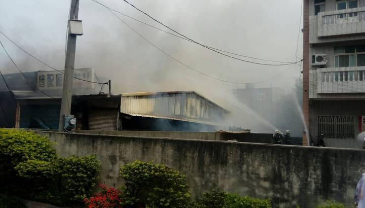 羊奶工廠傳出濃煙。記者郭宣彣/翻攝