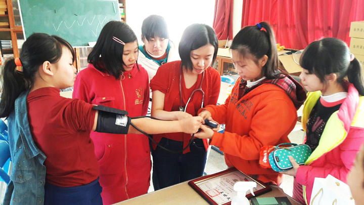 在英國讀醫科的蔡亭玉(中),為苗栗偏鄉學生上一堂認識醫學課程。圖/南河國小提供