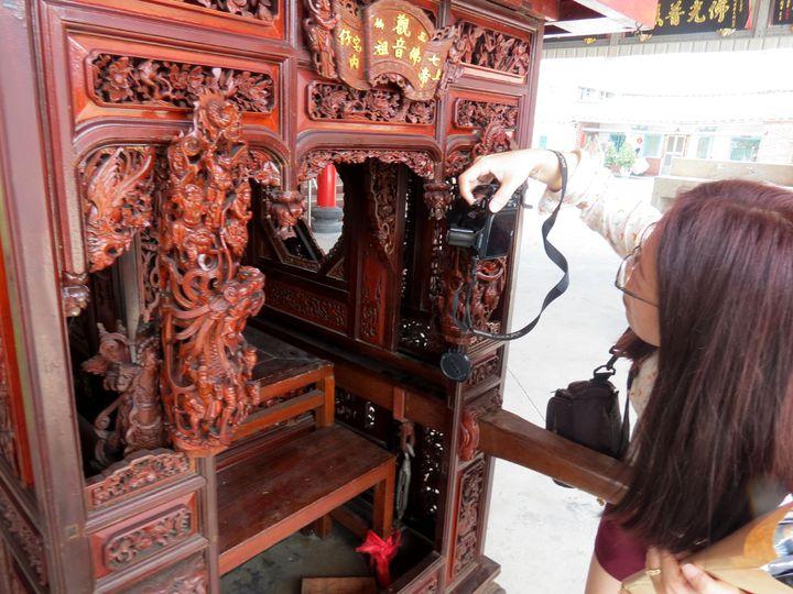 下營上帝廟曾姓神轎是罕見一體成型雕塑而成,雕功細緻吸引藝術家與學者觀賞紀錄。記者周宗禎/攝影