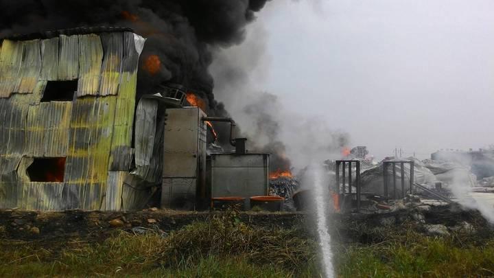 桃園市大園區一家塑膠回收工廠大火,鐵皮工廠遭火勢濃煙猛烈竄燒,警消全力撲救,幸無人員傷亡。(圖/警消提供)