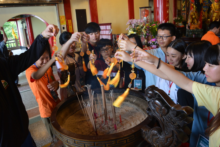 各校學生代表一起拿著文膽在香爐上面過爐。記者鍾知君/攝影