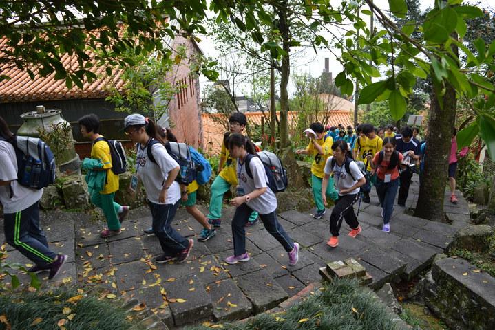 宜蘭縣高中職成年禮「蘭Young成年Fun山野」今天登場,280名高中職師生挑戰草嶺古道。記者鍾知君/攝影