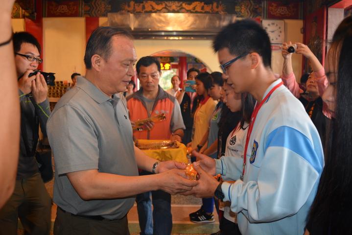 縣長林聰賢(左)致贈文膽給學生。記者鍾知君/攝影
