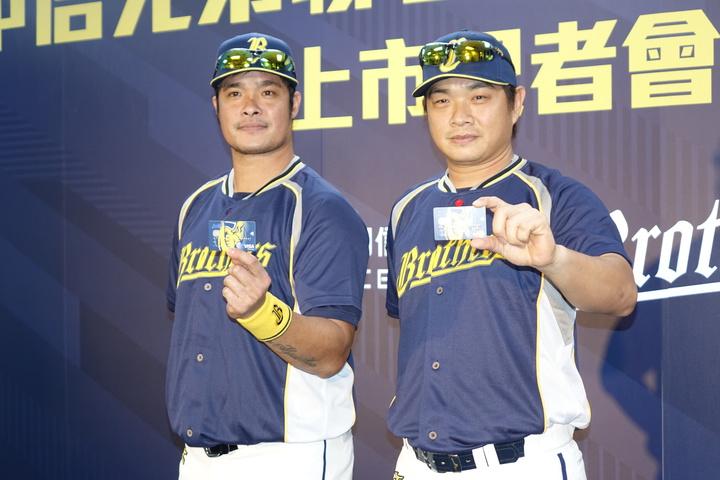彭政閔(右)和林智勝(左)分別獲得專屬背號白金卡。記者謝靜雯/攝影。