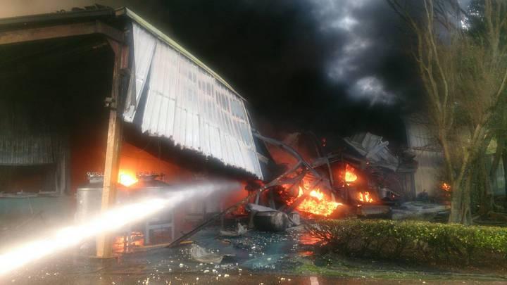 苗栗縣西湖鄉華山塗料工廠清晨發生大火,大批消防人車趕往灌救。記者范榮達/攝影