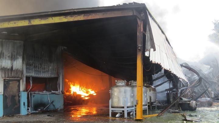 苗栗縣西湖鄉華山塗料工廠今天上午大火延燒到上午9點多,廠房垮了一半。記者范榮達/攝影