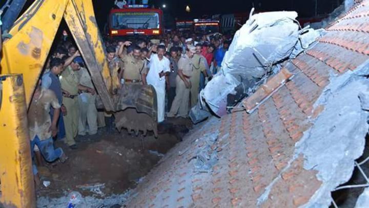印度西南部克拉拉省奎隆市普亭閣廟10日凌晨大火,廟身部分崩塌,需以怪手清理。有媒體報導,大火造成至少86人死亡。(取材自印度斯坦時報)