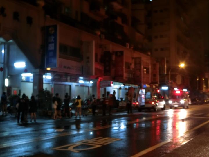 高雄市三民區一棟大樓今清晨傳出火警,共六人送醫,無人死亡,清晨兩點火勢撲滅消防人員陸續撤離。  記者歐陽良盈/攝影