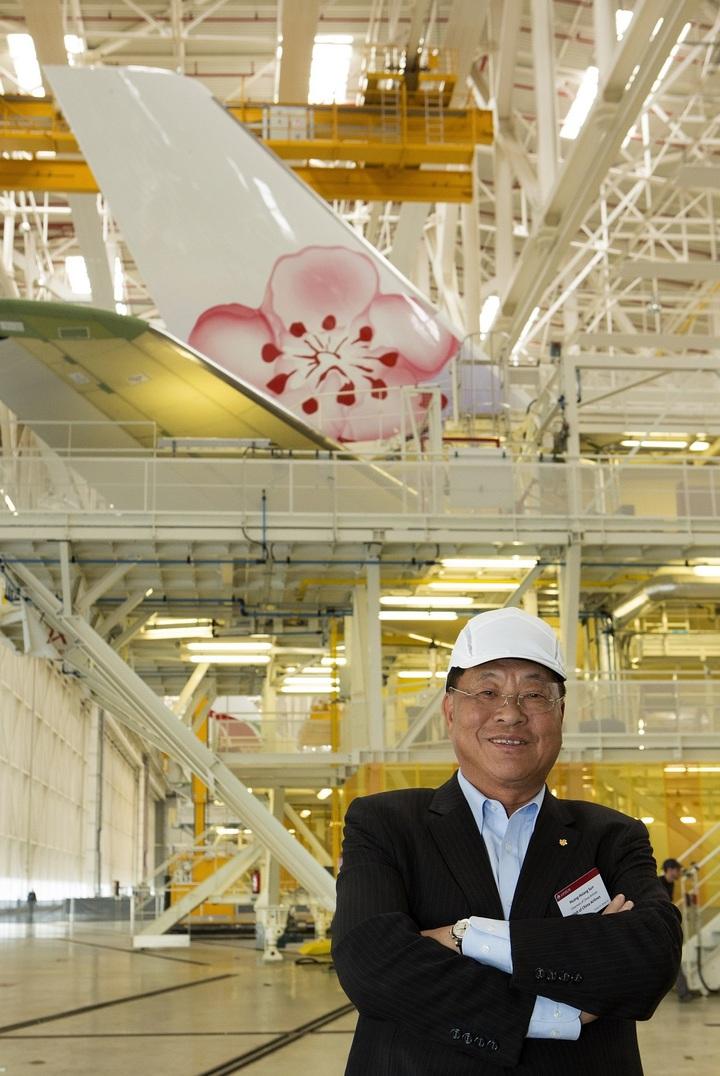 華航董事長孫洪祥在法國土魯斯空中巴士原廠視察新機組裝