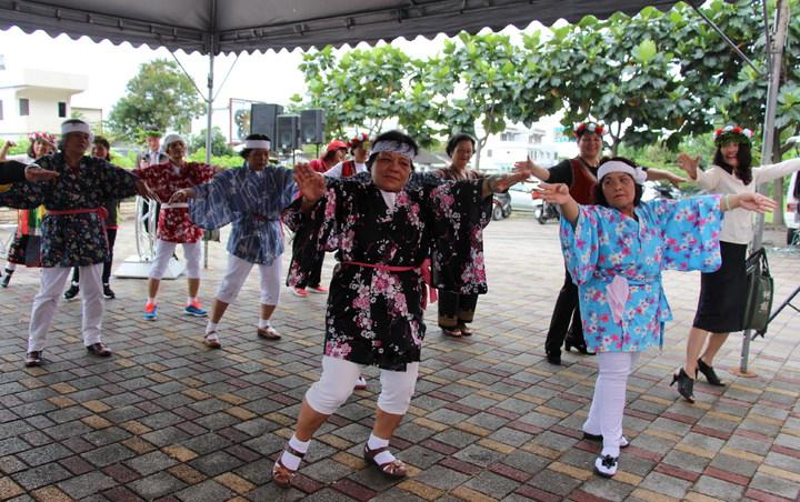 新園社區老人家開心地跳起日本舞蹈,慶祝台東老人服務又向前邁進一步。記者李蕙君/攝影