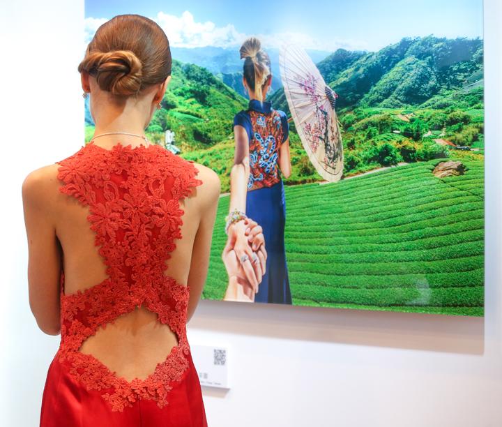 曬「背影牽手照」夫妻倆出席攝影展開幕記者會,攝影展在台北信義誠品1樓大廳舉辦。記者程宜華/攝影