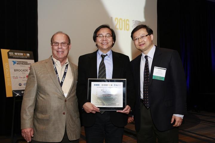 工研院資通所所長闕志克(圖中)榮獲頒IEEE INFOCOM「時間考驗論文獎」。工研院/提供