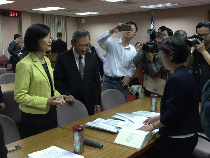 法務部長羅瑩雪在詢答結束後與民進黨立委尤美女溝通。記者鄭媁/攝影